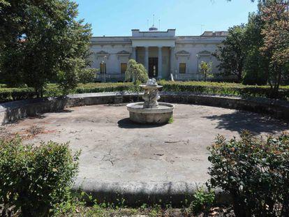 Una de las fuentes frente a la fachada del Palacio Nuevo, en el interior de la Finca Vista Alegre.
