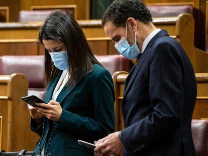 La líder de Ciudadanos, Inés Arrimadas (a la izquierda), y el portavoz adjunto de su partido, Edmundo Bal, miran sus móviles en la sesión de control del Congreso de los Diputados, el 10 de marzo.