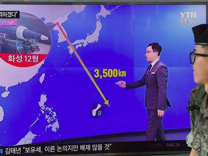 Un soldado surcoreano ante una pantalla de televisión que muestra el plan de Corea del Norte de atacar Guam.