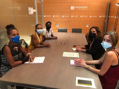 Reunión de las defensoras de derechos humanos Isabelle Mamadou, Esther Mamadou y Rachel Basame con las integrantes de Compromís Mónica Álvaro y Elena López  