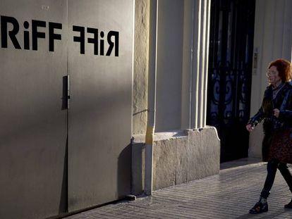 Varios cámaras de televisión y periodistas esperan, este martes, a las puertas del restaurante RiFF de València. En vídeo, todos los ojos están puestos en la colmenilla.