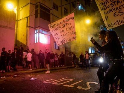 Protesta, en pleno toque de queda, organizada en el barrio Las Rehoyas, contra la presencia de inmigrantes en Gran Canaria, el pasado miércoles.