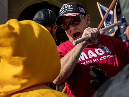 Un seguidor de Donald Trump amenaza con golpear a un manifestante en Míchigan, el 7 de noviembre.