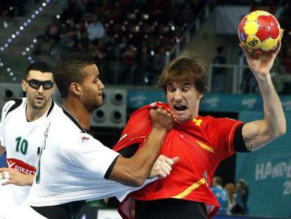 El lateral de la selección española Viran Morros con el balón ante el lateral de la selección de Argelia Messaoud Bekous.