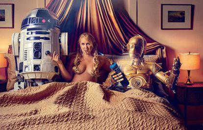 Amy Schumer junto a R2-D2 y C-3PO.