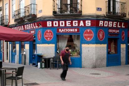 Exterior de la Bodega Rosell, que hace esquina entre calle de las Delicias y calle del General Lacy.