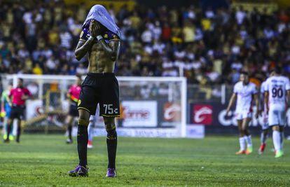 Angulo, futbolista de los Dorados de Sinaloa,lamenta una derrota en 2017.