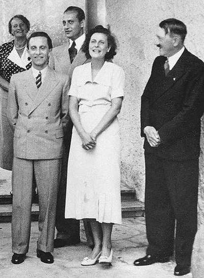 Leni Riefenstahl, entre Joseph Goebbels y Adolf Hitler, el 10 de marzo de 1938 en Berlín.
