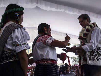 Alfredo del Mazo, candidato del PRI, con indígenas mazahuas en San Felipe del Progreso