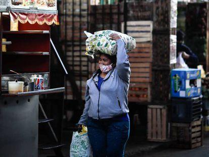 Una mujer camina por Buenos Aires en plena pandemia del coronavirus.