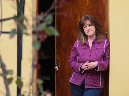 La viróloga Inmaculada Casas, del Centro Nacional de Microbiología, en la puerta de su casa, en Madrid.