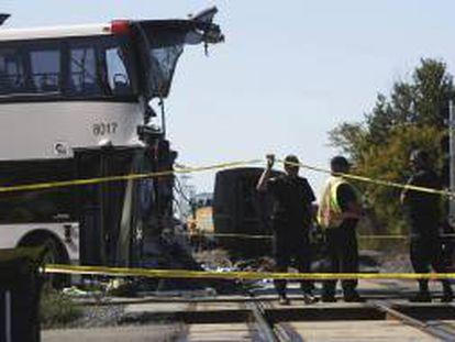 Varios policías trabajan en el lugar donde se produjo una colisión entre un autobús de dos pisos y un tren de pasajeros de la compañía Via Rail que se dirigía hacia Toronto, en un paso a nivel situado en las cercanías de Ottawa (Canadá), este miércoles 18 de septiembre de 2013.