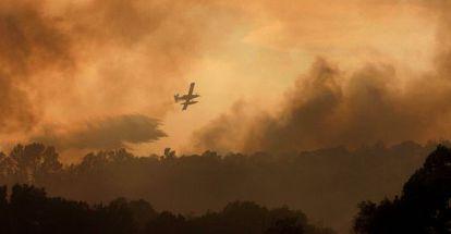 Un hidroavión lanza agua para apagar el incendio de Madremanya.
