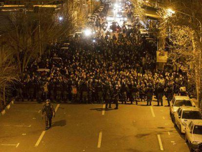 La policía antidisturbios iraní vigila a los manifestantes frente a la Universidad Amir Kabir de Teherán, este sábado. En vídeo, declaraciones del presidente iraní, Hasan Rohani.