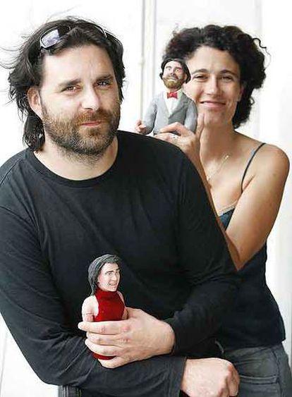 Fernando Cortizo e Isabel Rey posan con sus muñecos.