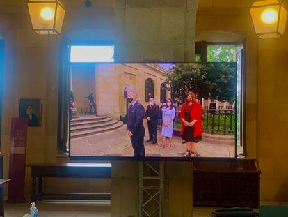 Imagen del lehendakari, Íñigo Urkullu, a través de una televisión, justo después de jurar el cargo bajo el Árbol de Gernika.