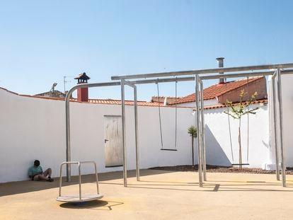 DVD 1059  (1/07/21)Un niño juega con su móvil en el nuevo parque infantil de Balsa de Ves (Albacete)David Expósito