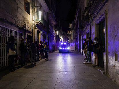 Un coche de policía patrulla una calle de la zona de ocio nocturno de Pontevedra, el pasado 10 de junio.