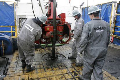 Trabajadores de una central de extracción de gas natural cerca de la ciudad de Towanda (Pensilvania, EE UU).