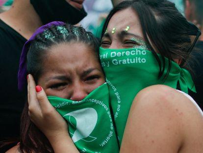 Unas jóvenes participan en una manifestación a favor de la legalización del aborto fuera del Congreso Nacional, en Buenos Aires, Argentina.