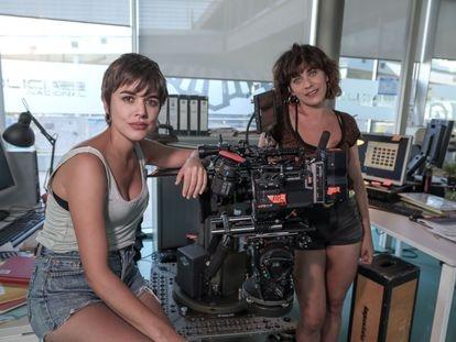 Adriana Ugarte (izquierda) y María León, durante un descanso del rodaje de la serie 'Heridas'.