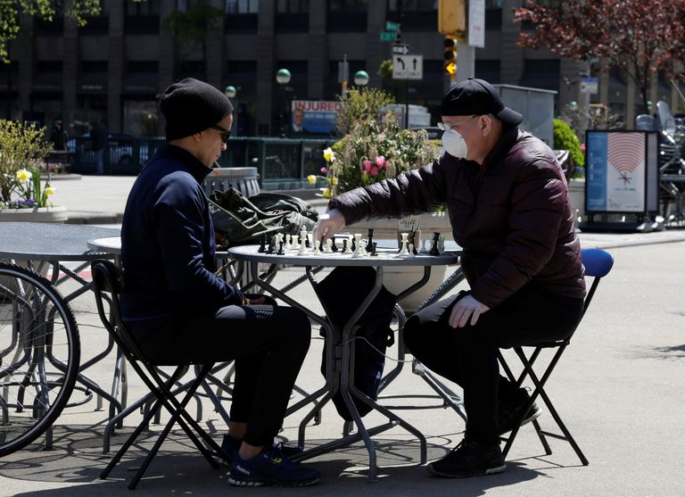 Dos personas son vistas jugando al ajedrez en el barrio de Madison Square de Nueva York.