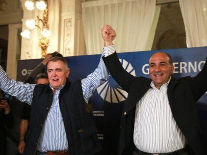 Juan Manzur (dcha) celebra con Osvaldo Jaldo su reelección como gobernador de la provincia de Tucumán.