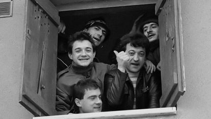 Una de las primeras formaciones de La Polla Records. Arriba: Miguel Garin 'Txarli' (guitarra) y Evaristo Páramos (voz). Segunda fila: Fernando Murua (batería) y  Manolo 'Sumé' García (guitarra). Abajo, Abel Murua (bajo).