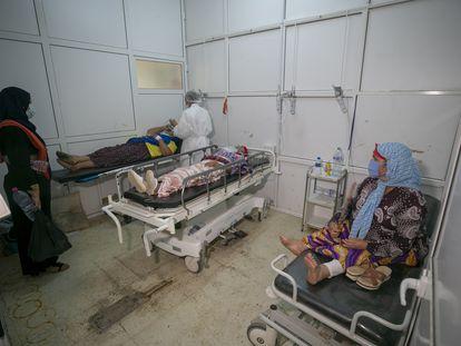 Sanitarios tratan a pacientes de covid en Cairuán (Túnez).