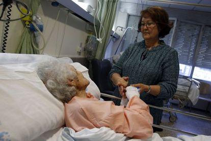 Maribel y su madre Antonia, ayer en una habitación del hospital La Paz.