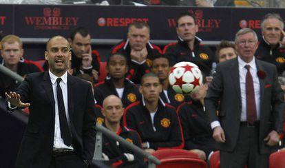 Guardiola y Ferguson dan instrucciones a los suyos.