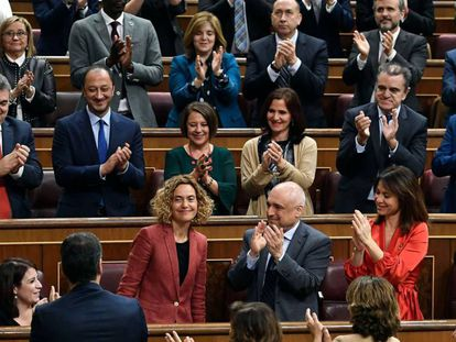 La bancada socialista aplaude a Meritxell Batet, elegida presidenta del Congreso de los Diputados.