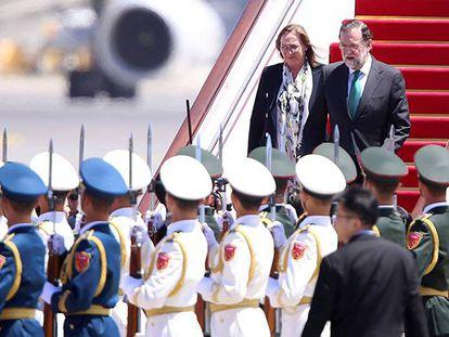 Mariano Rajoy, acompañado por su esposa, Elvira Fernández, a su llegada al aeropuerto de Pekín.