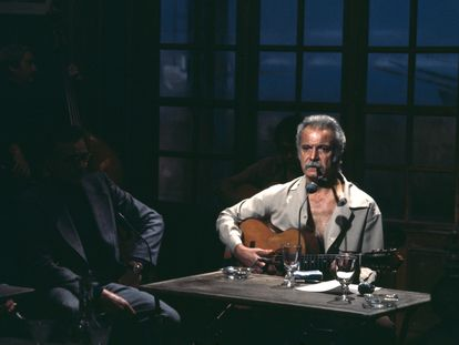 Georges Brassens con su guitarra y su pipa, en una aparición televisada.
