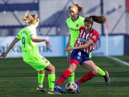 Lola Alexandrei, del Atlético, controla el balón ante Mariona Caldentey, del Barcelona.