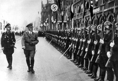 Hitler pase revista a tropas SS, acompañado de Himmler.