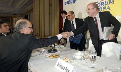 El vicepresidente de la Comisión Europea, Joaquín Almunia, a la derecha, saluda al ministro de Economía, Cristóbal Montoro