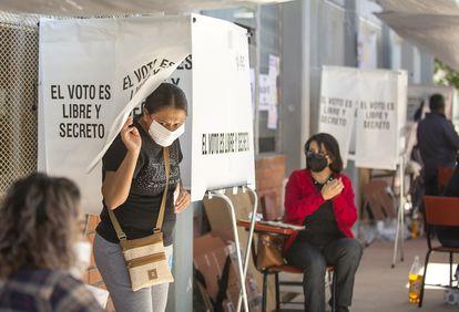 Una ciudadana vota en Coahuila, el año pasado.