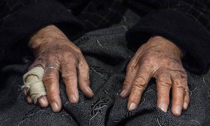 Esta anciana llegó a Grecia cruzando el Egeo en balsa sin nadie que la acompañara.