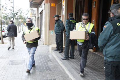 La Guardia Civil registra el domicilio del exdirector del Servicio Catalán de la Salut (CatSalut), Carles Manté, en Mataró.