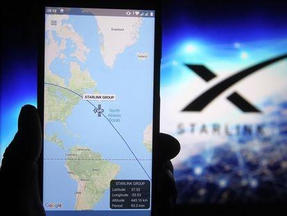 Imagen de un rastreador de un satélite de Starlink en un teléfono inteligente.