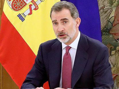 Imagen facilitada por la Casa del Rey de la reunión que mantuvo el miércoles Felipe VI con el presidente del Gobierno Pedro Sánchez  y los miembros del Comité de Gestión Técnica del Coronavirus.