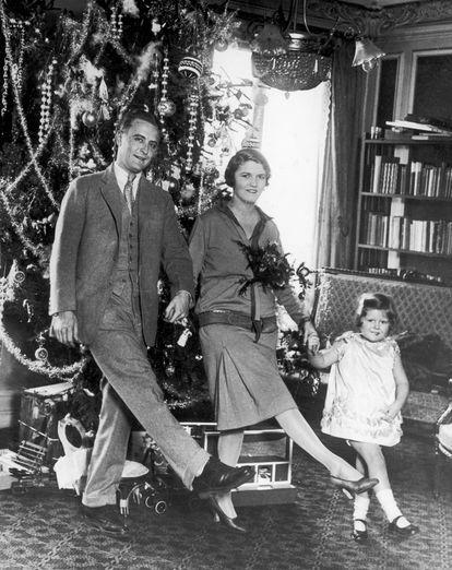 Francis Scott Fitzgerald y Zelda Fitzgerald con la hija de ambos, Frances, también llamada 'Scottie', en la Navidad de 1926 en París.
