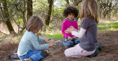 Varios estudiantes del grupo de Juego en la Naturaleza Saltamontes, a quienes se puede seguir en un día en su clase pinchando en la imagen, en Collado Mediano, Madrid, juegan en su