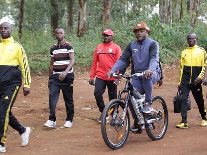 El presidente Pierre Nkurunziza acude en bici a votar en su colegio electoral de Ngozi durante las elecciones celebradas el pasado 20 de mayo.