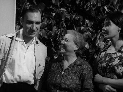Fernando Fernán-Gómez, Milagros Leal y Lina Canalejas, en un fotograma de 'El mundo sigue'.