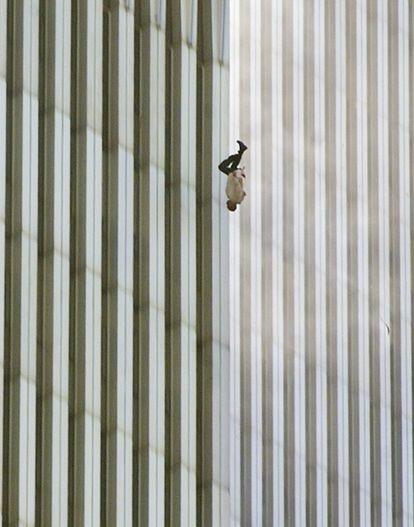 Una persona caía al vacío desde la Torre Norte del World Trade Center.
