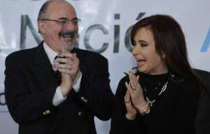 En la imagen, la presidenta de Argentina, Cristina Fernández, junto al ministro de Trabajo, Carlos Tomada. EFE/Archivo