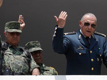El general Salvador Cienfuegos (derecha), durante un desfile militar en 2016.