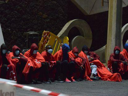 Algunos de los ocupantes de cayuco que llegó el sábado pasado a El Hierro.
